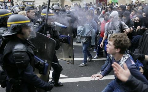 Macron perde ses votes après que les riots détruits les rues de Paris